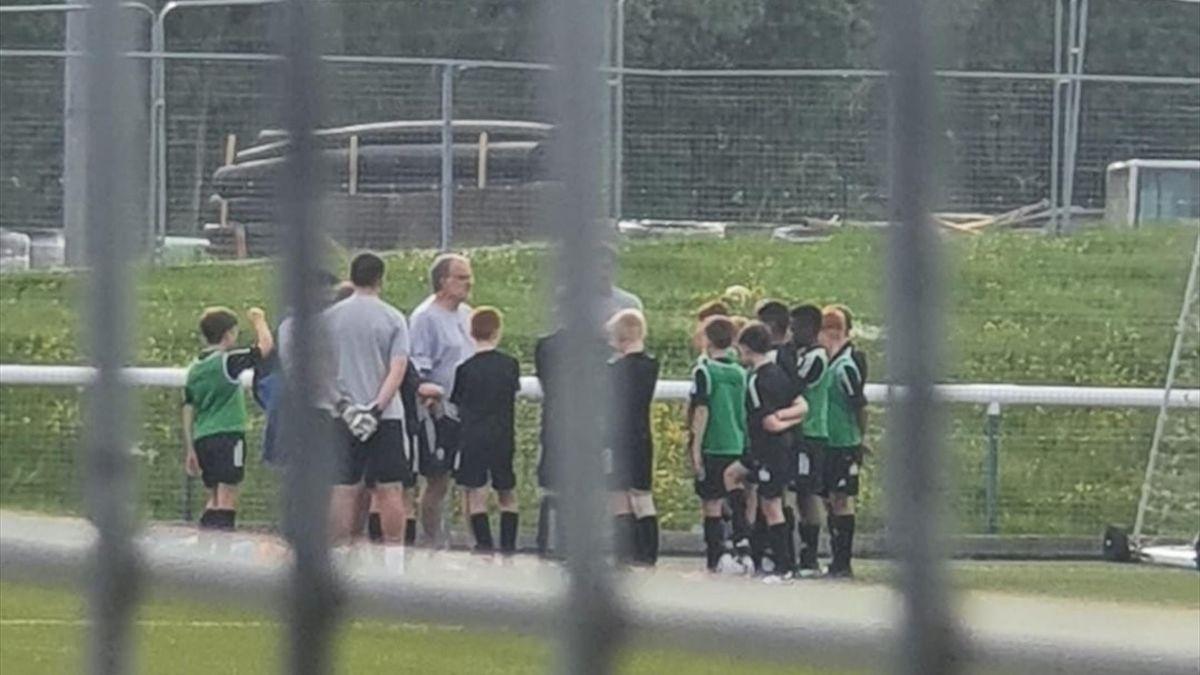 7 giugno 2021: Marcelo Bielsa dirige a sorpresa l'allenamento degli Under 11 del Leeds Unuted