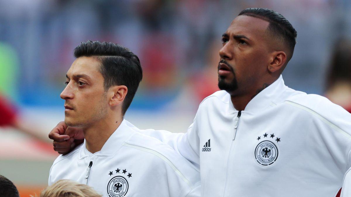 Mesut Özil (l.) erhält von Jérôme Boateng (r.) Unterstützung