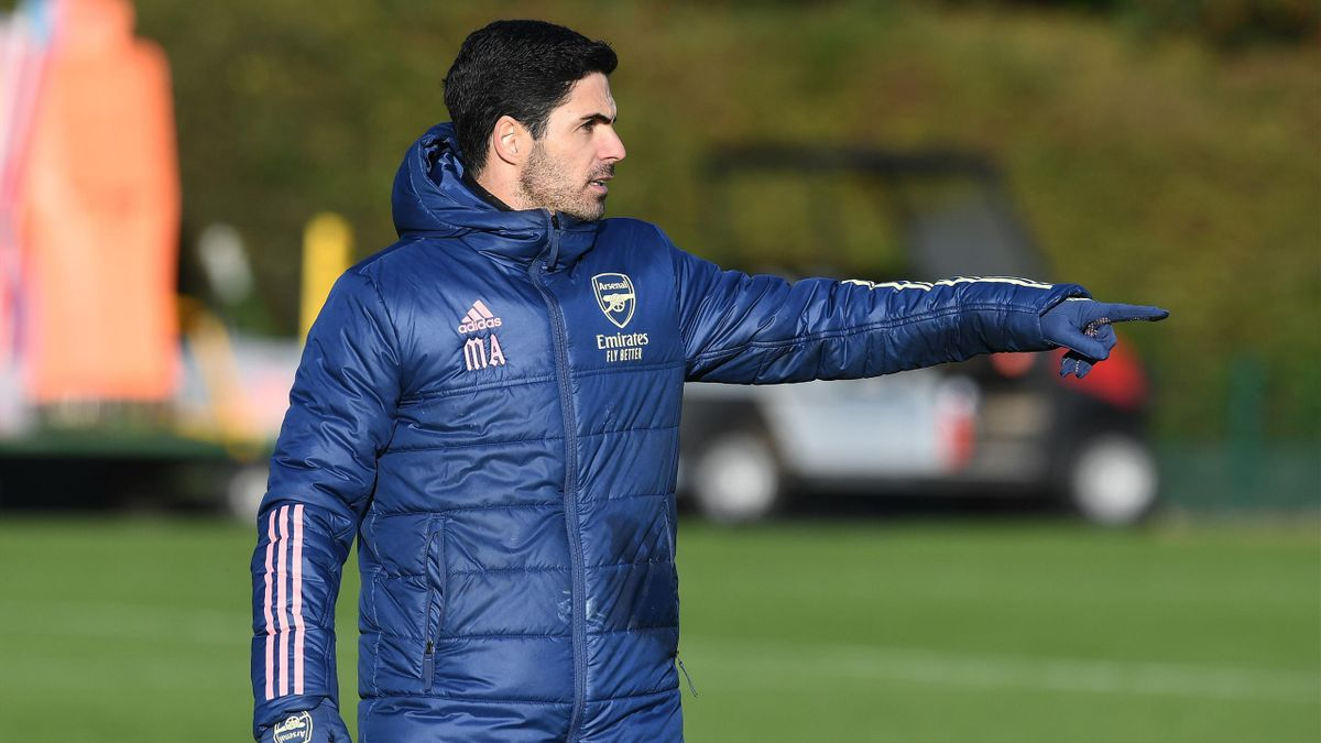 Arsenal boss Mikel Arteta takes training