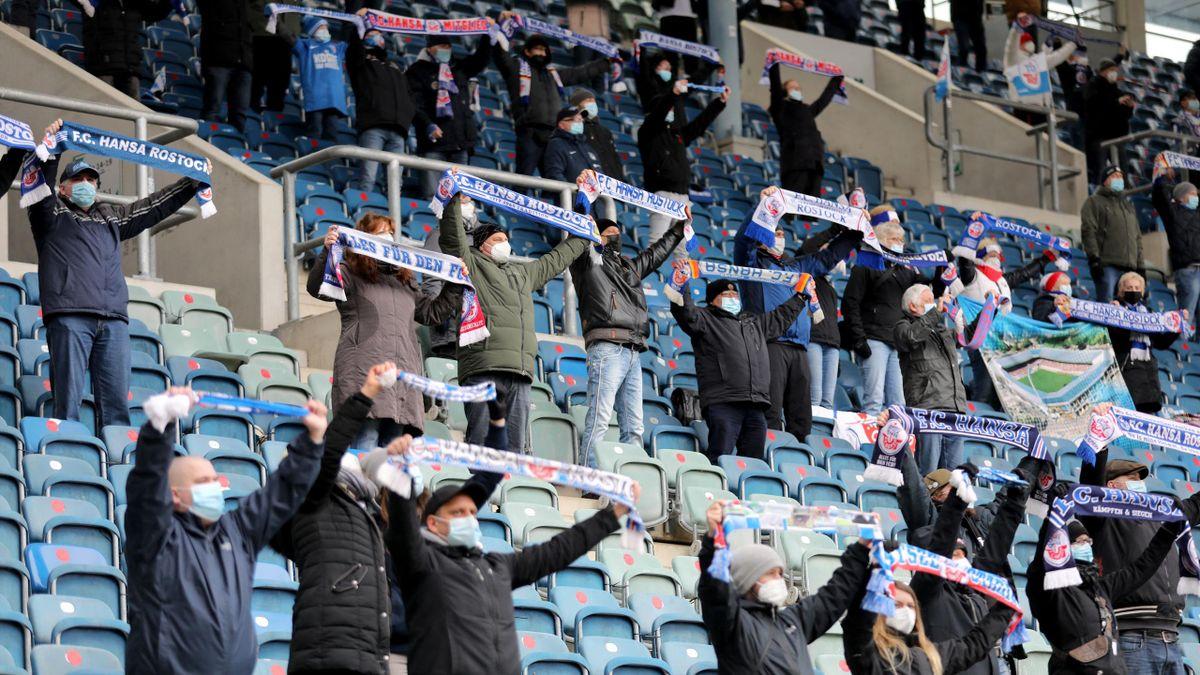 Fans von Hansa Rostock im Spiel gegen den Halleschen FC im Ostseestadion