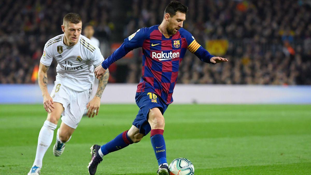 Toni Kroos (Real Madrid) im Duell mit Lionel Messi (FC Barcelona)