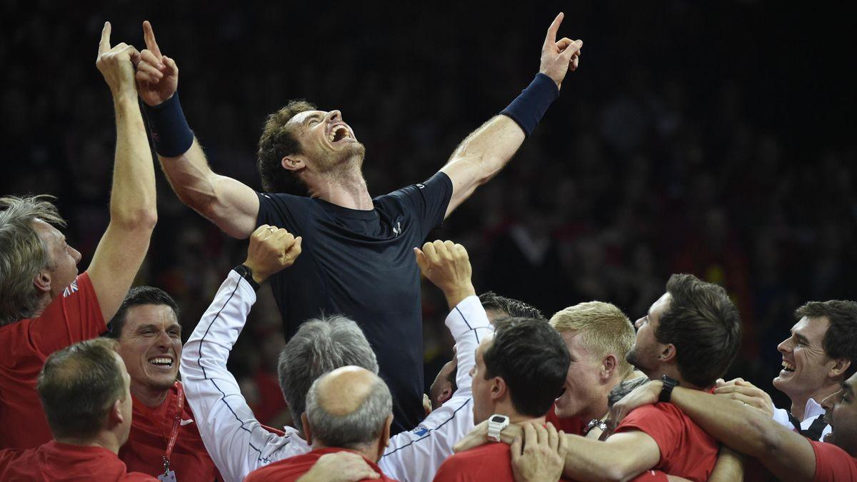 Andy Murray lässt sich nach dem Sieg im Davis Cup vom britischen Team feiern