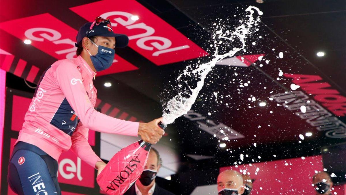 Egan Bernal sul podio di Verona con la maglia rosa - Giro d'Italia 2021