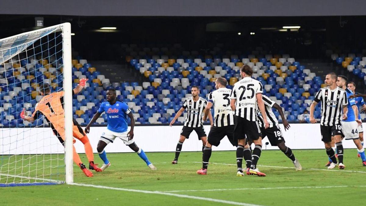 Koulibaly batte Szczesny per il gol vittoria in Napoli-Juventus - Serie A 2021/2022