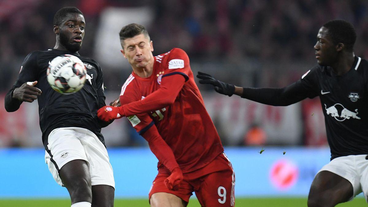 Dayot Upamecano, Robert Lewandowski, Ibrahima Konaté (v.l.) bei FC Bayern - Leipzig
