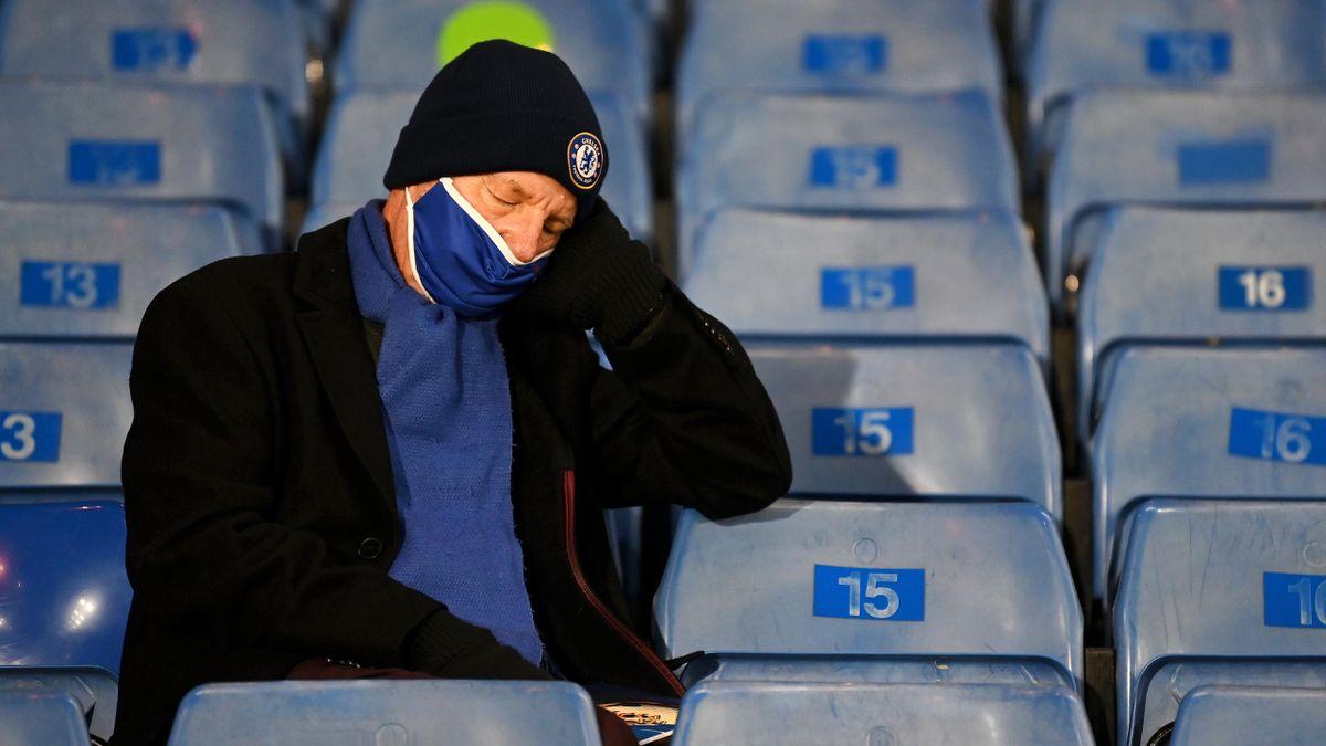 Un supporter de Chelsea s'endort dans les tribunes de Stamfod Bridge en décembre dernier