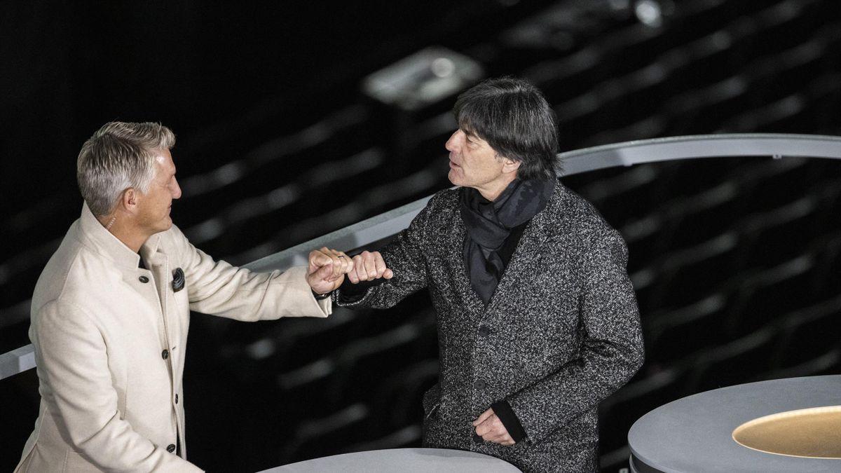 Bastian Schweinsteiger (l.) und Bundestrainer Joachim Löw (r.)