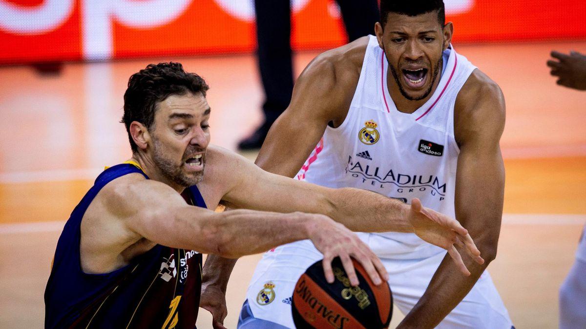 Tavares y Gasol pelean por un balón en el Clásico ACB