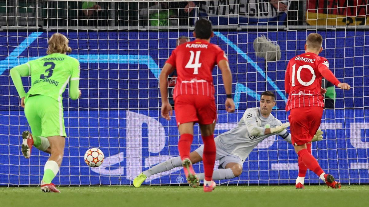 Rakitic rescata al Sevilla con un tanto de penalti
