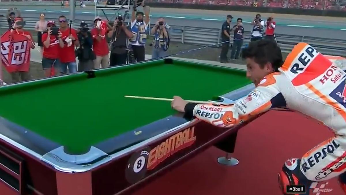 Marc Márquez jugando al billar en la celebración