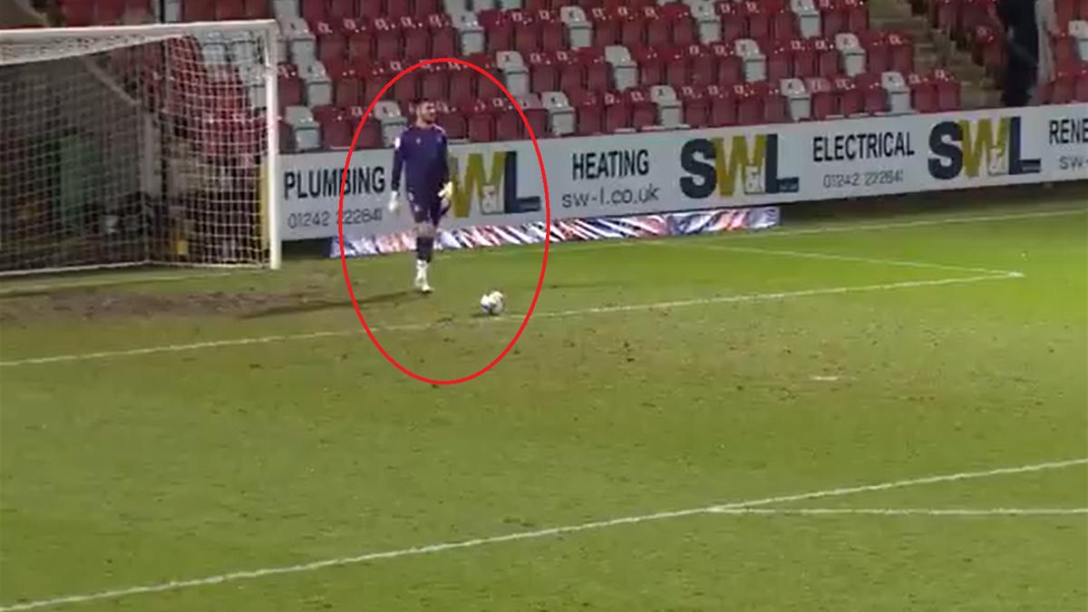 Gol incredibil în Anglia: portarul a marcat direct din degajare, cu o execuție rară