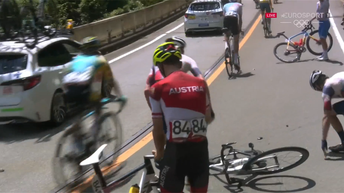 Britain's Thomas caught up in nasty-looking crash during road race
