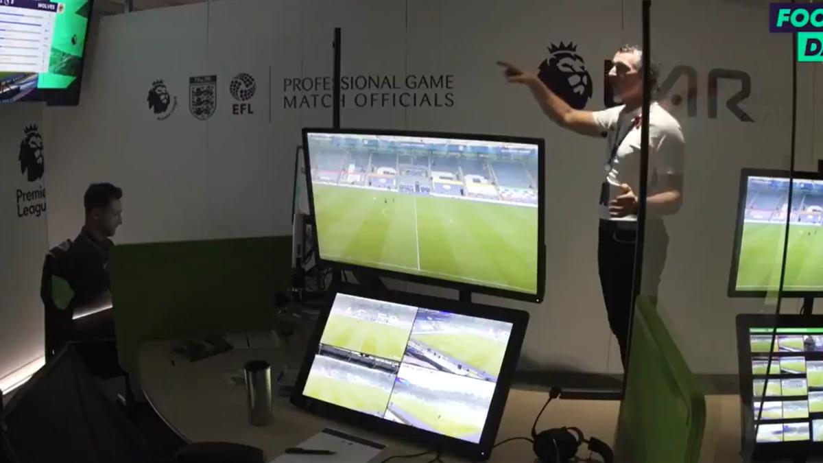 Camera VAR, în timpul meciului Leicester - Wolves 1-1