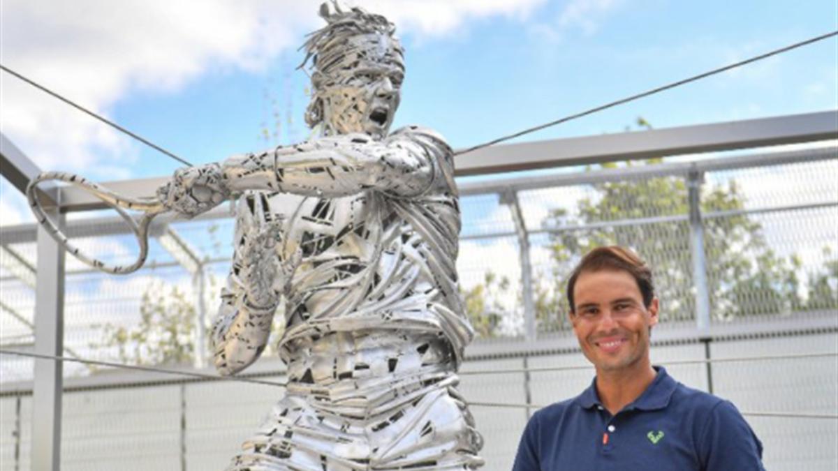 Rafael Nadal neben seiner Statue