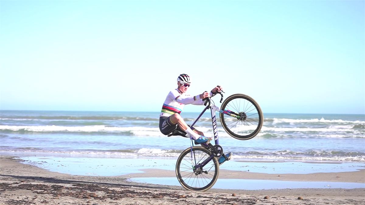 Mathieu Van der Poel prepara el Mundial entrenando en las playas de Benicàssim