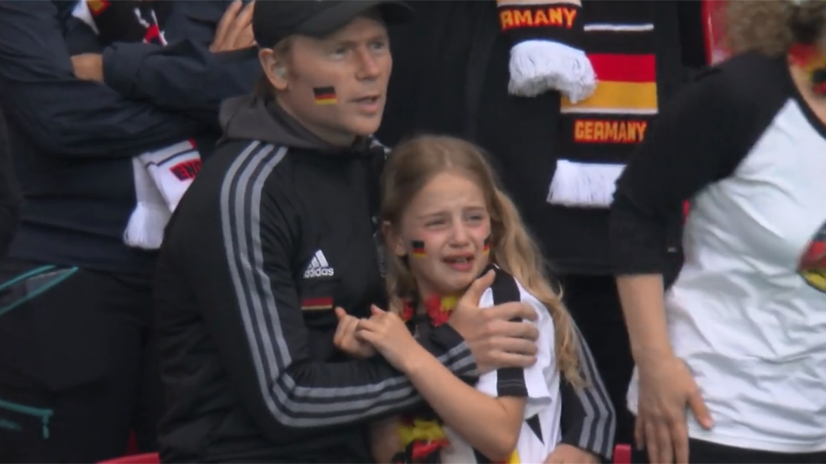 Девочка плачет на матче Англия – Германия (скрин)