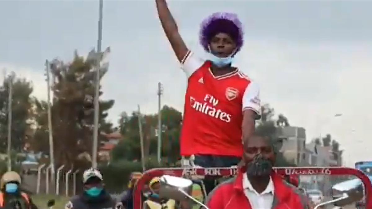 Fanii lui Arsenal au sărbătorit pe străzile din Juja, Kenya, victoria cu Chelsea din finala Cupei Angliei