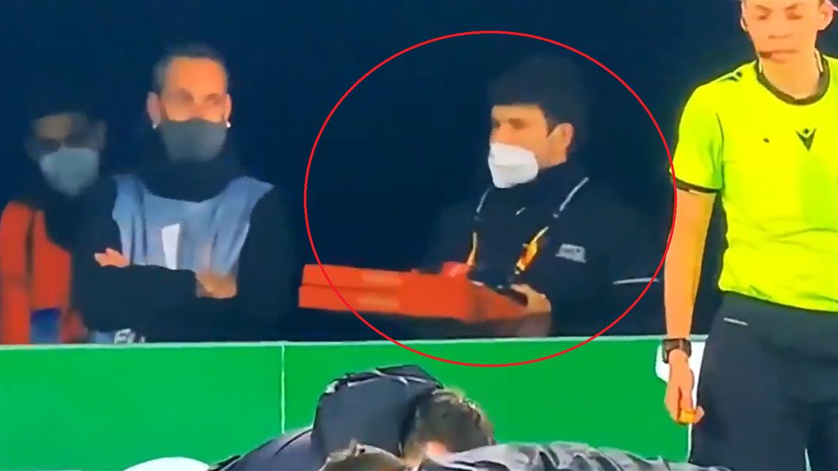 Un bărbat și-a făcut apariția cu două cutii de pizza la marginea terenului în timpul meciului Molde - Hoffenheim, din Europa League