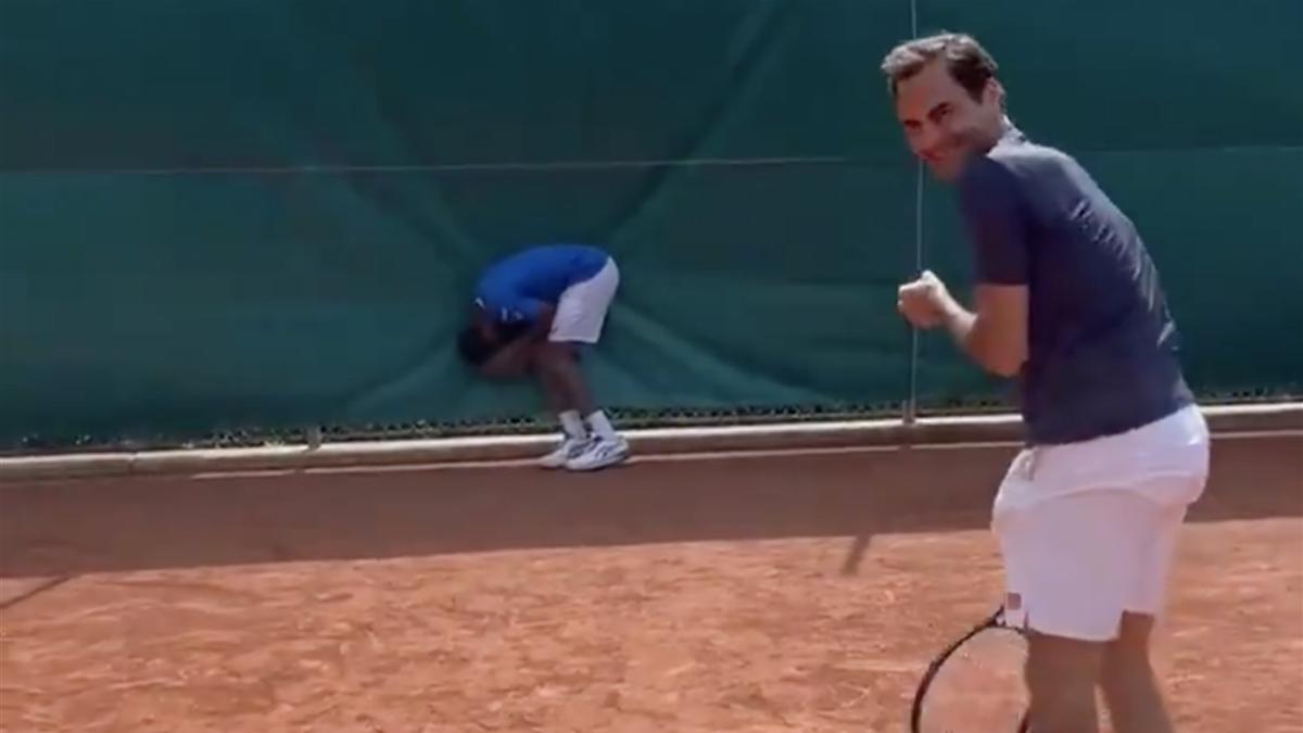 Quand Federer atteint l'entrejambe de Monfils...