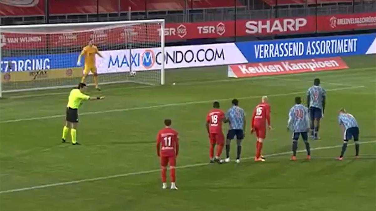 Cum arată unul dintre cele mai slabe penalty-uri. Atacantul lui Ajax a trimis în afara stadionului