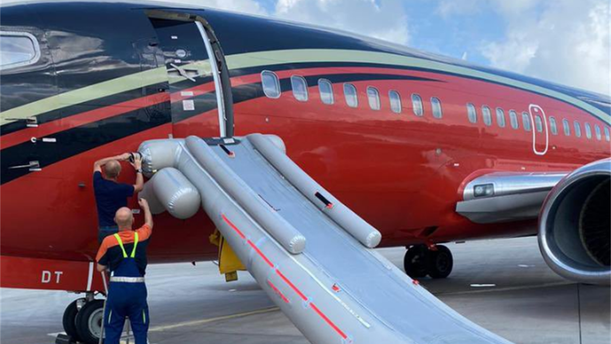Die Rettungsrutsche am tschechischen Flugzeug