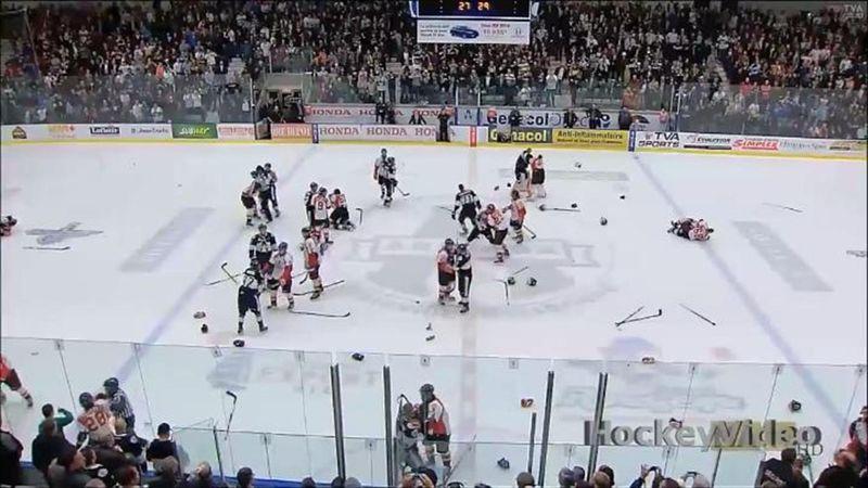 A puñetazos en un partido de hockey