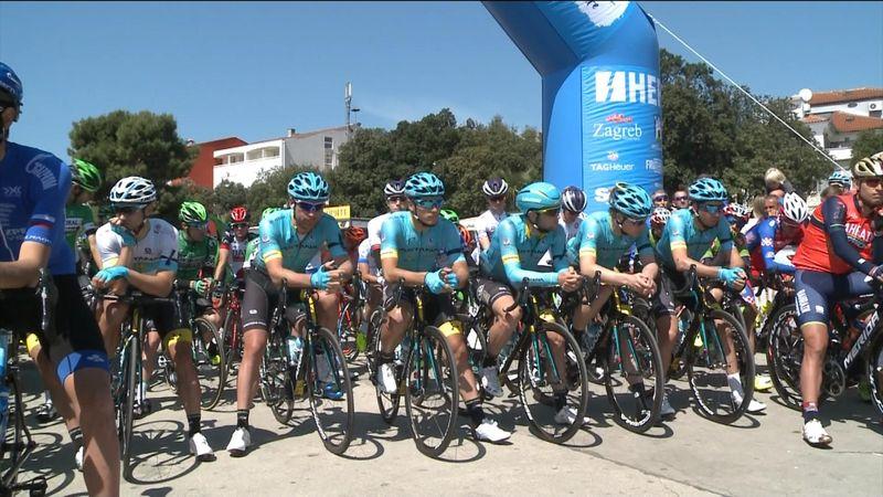 Ryttere i sorg: Ett minutts stillhet for Scarponi før etappestart