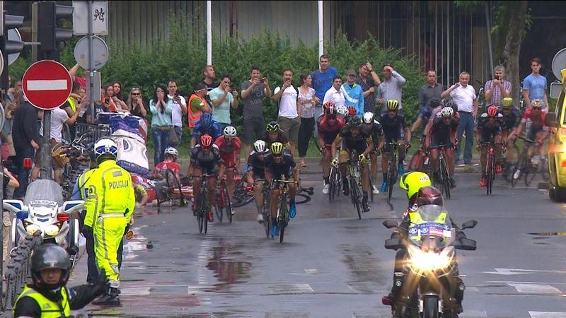 Cadute, salti e volata a metà: Mezgec vince la 2a tappa del Giro di Slovenia