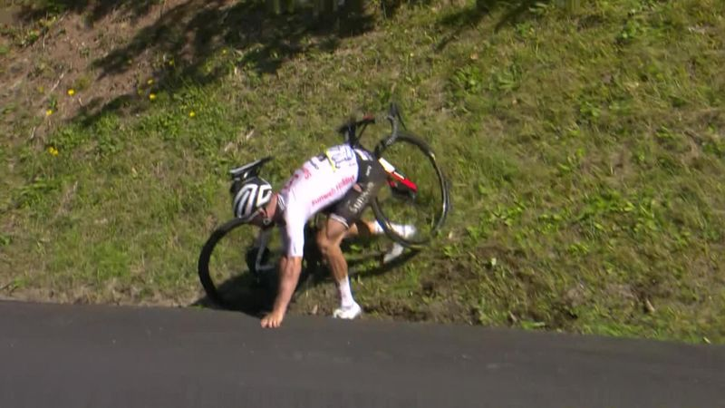 Hirschi crashes out on descent as he looks to chase Carapaz in breakaway