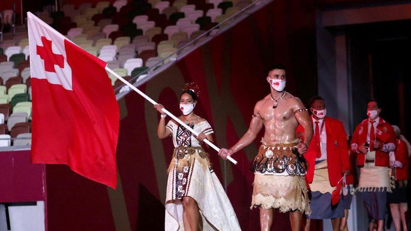 Torso al aire y luciendo músculos: Pita, el abanderado de Tonga, no falló en su puesta en escena