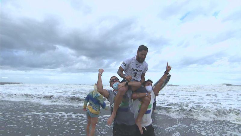 1° storico oro nel surf a Italo Ferreira: gioia irrefrenabile