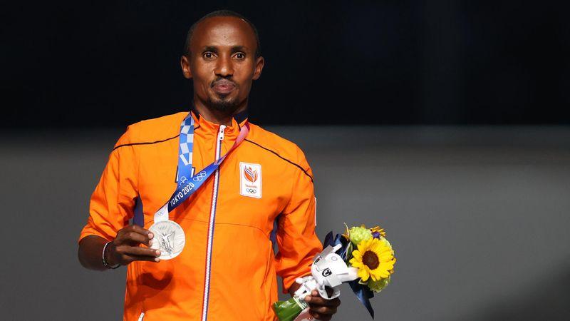 Tokyo 2020 | Abdi Nageeye ontvangt zilver tijdens sluitingsceremonie