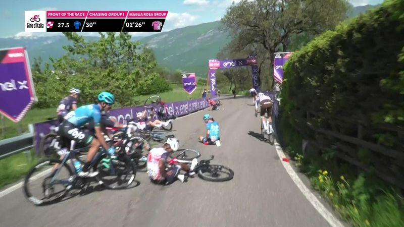 Giro d'Italia | Remco Evenepoel valt en wordt aangereden in afdaling