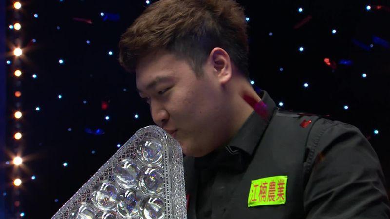 Yan Bingtao alza il trofeo, il Masters è suo