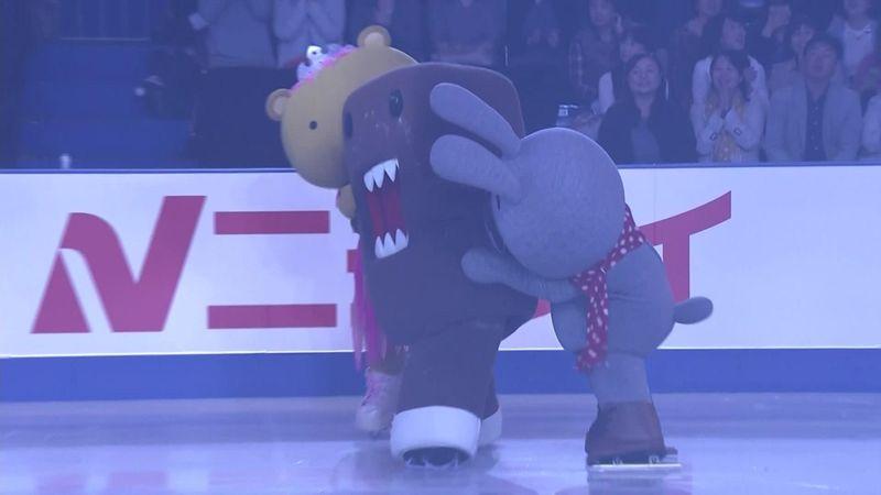 La mascotte cade sul ghiaccio, ma non riesce a rialzarsi perché il costume è troppo ingombrante