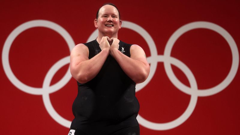 """Laurel Hubbard, prima transgender ai Giochi: la sua gara in 120"""""""