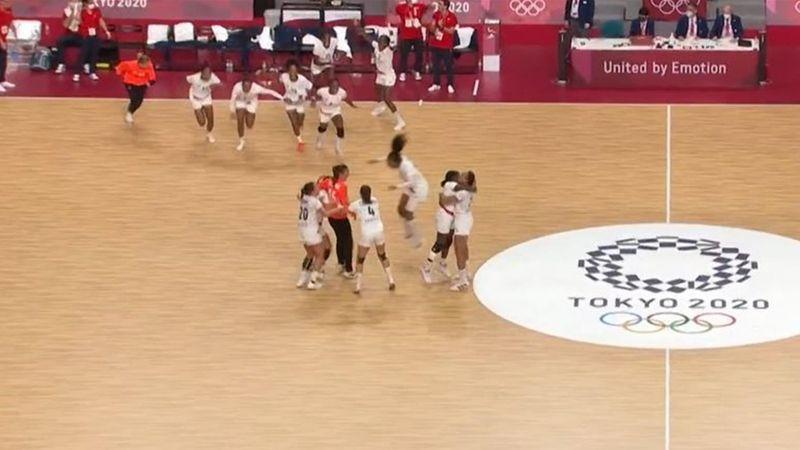 Doppelolympiasieg perfekt! Französische Handballerinnen stürmen das Feld
