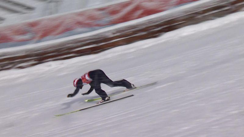 Markus Eisenbichler cade in avanti dopo un gran salto