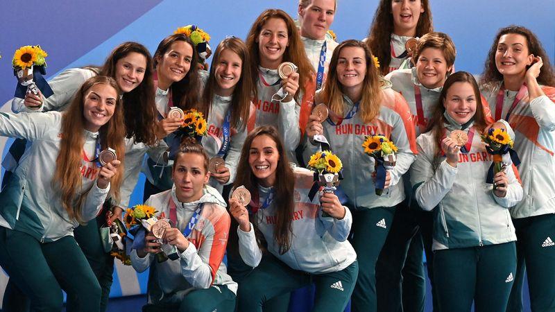 Történelmi pillanat: első olimpiai érmüket veszik át a magyar női vízilabdázók