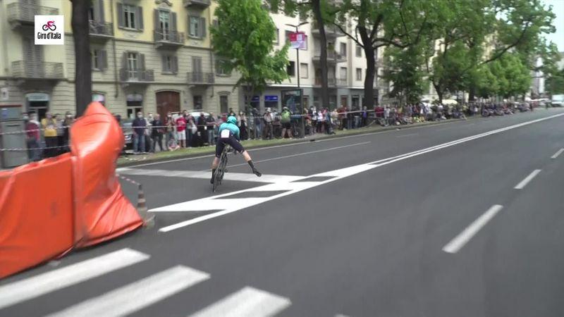 Foratura per Sánchez: costretto a fare la crono con la bici da strada