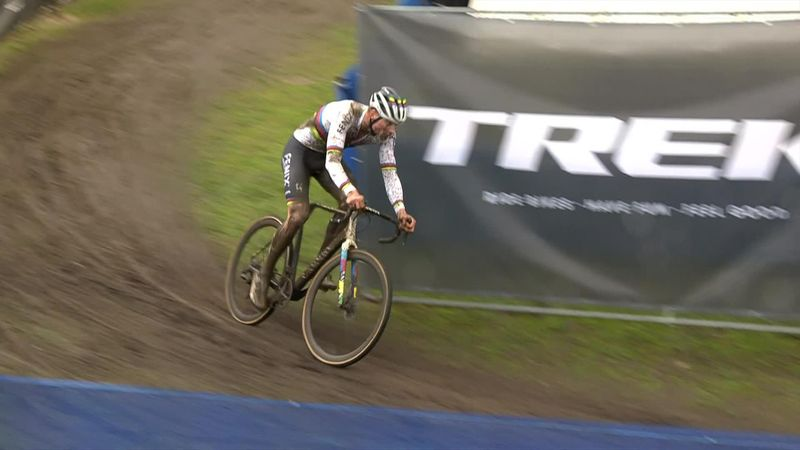 Cyclo cross: Van der Poel lastiğinin patlaması sonucu geri düşüyor.