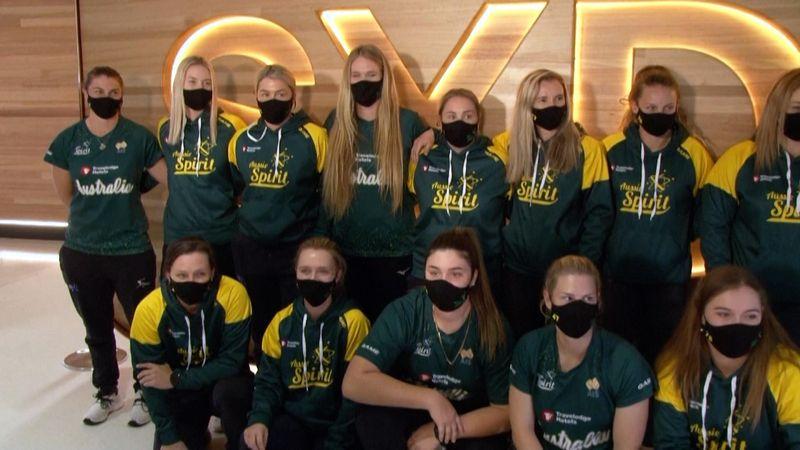 Australiens Softballerinnen als erstes Team angekommen