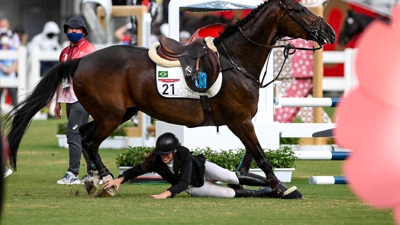 Schockmoment: Pferd läuft über gestürzte Reiterin