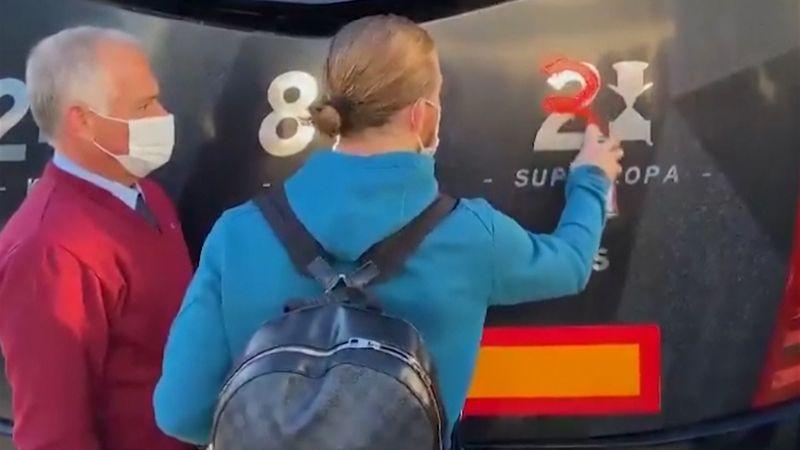 Muniain actualiza los títulos de Supercopa del autobús con un spray