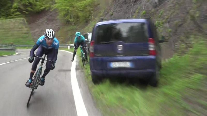 Велогонщик «Астаны» чудом не налетел на припаркованные машины