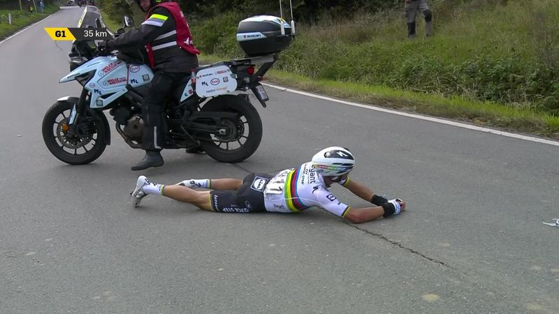 Ronde van Vlaanderen | Drama! Alaphilippe botst op motor