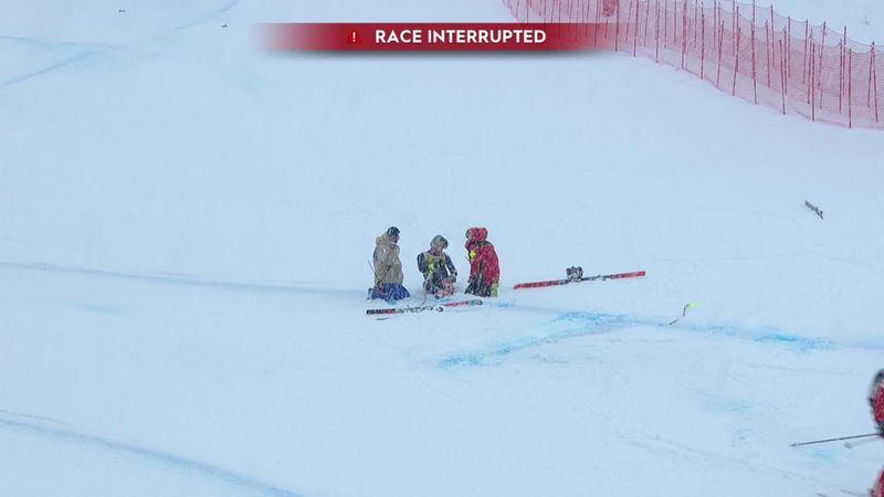 Итальянский горнолыжник упал, сбил флажок и не смог самостоятельно покинуть склон