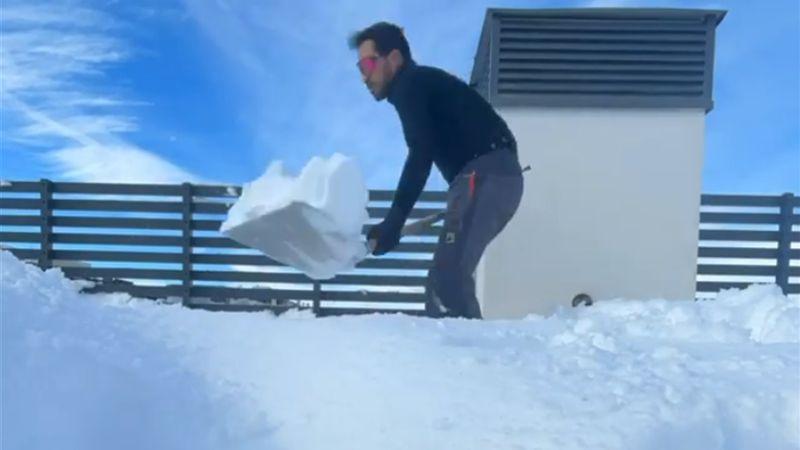 Contador como uno más: paliza a limpiar el patio de nieve