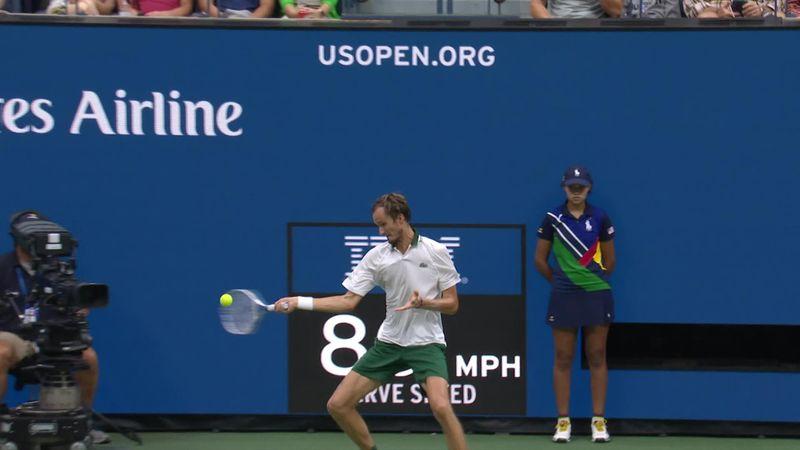US Open | Medvedev slaat een bizarre return buiten de netband om