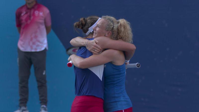 'An extraordinary moment' - Krejcikova and Siniakova win doubles gold in style